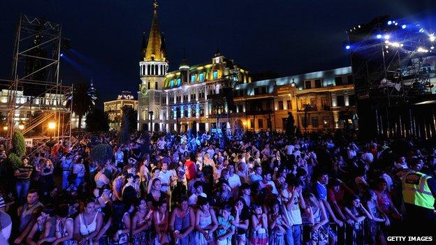 La folla in piazza a Batumi per il concerto di Enrique Iglesias organizzato da MTV.  Fonte: bbc.co.uk